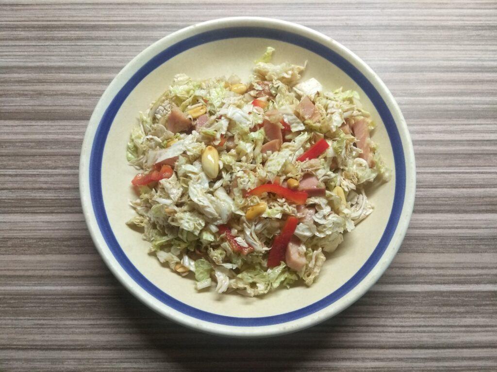 Фото рецепта - Салат с капустой, острым перцем, балыком и арахисом - шаг 6