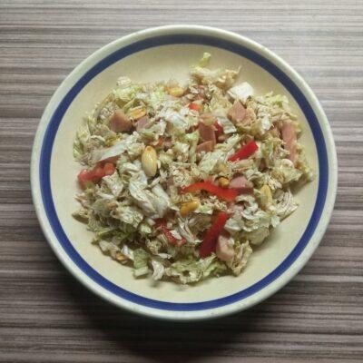 Салат с капустой, острым перцем, балыком и арахисом - рецепт с фото