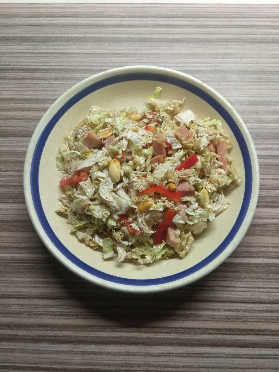 Салат с капустой, острым перцем, балыком и арахисом