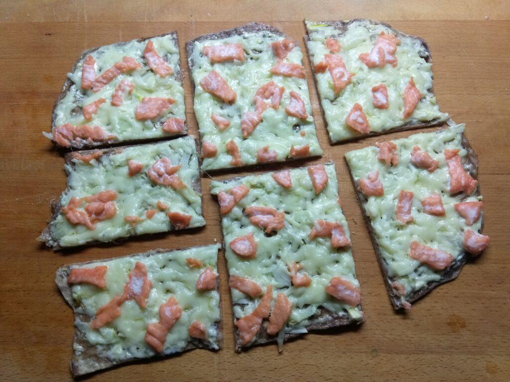 Фото рецепта - Пицца с лососем и сыром - шаг 5