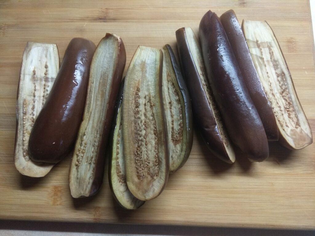 Фото рецепта - Запеченные баклажаны с салями и сыром - шаг 1
