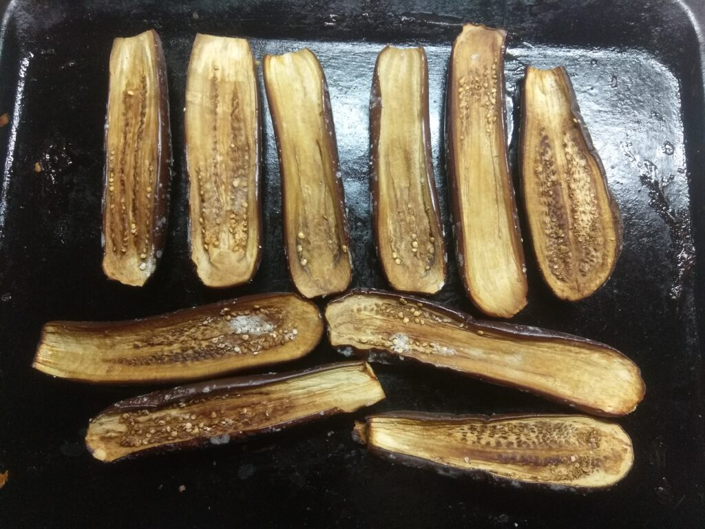Фото рецепта - Запеченные баклажаны с салями и сыром - шаг 2
