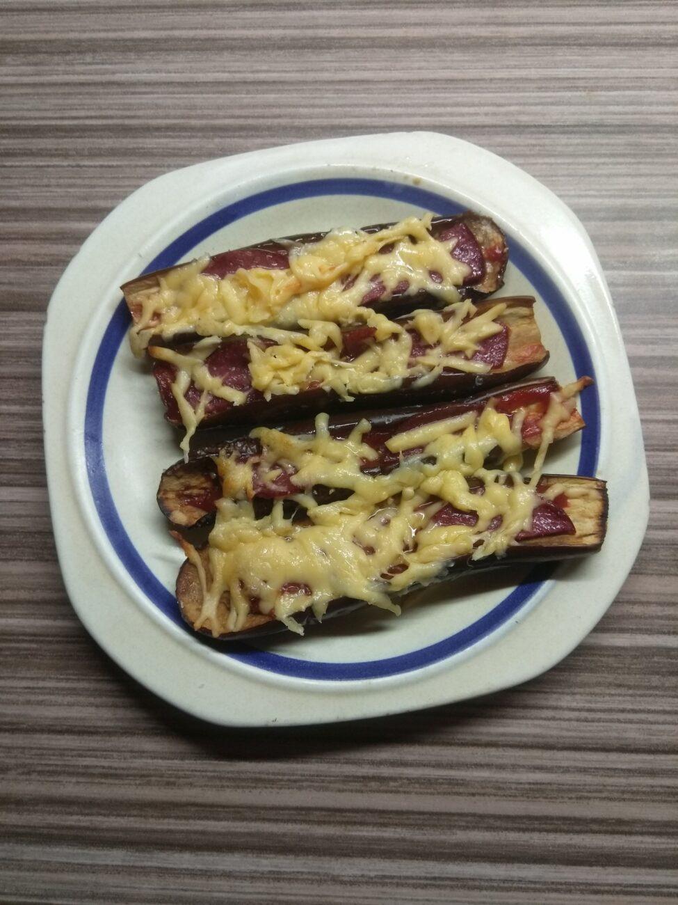 Запеченные баклажаны с салями и сыром