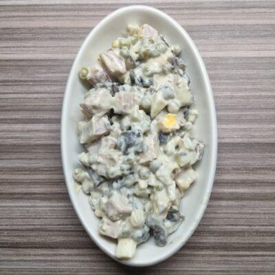 Салат с шинкой, яйцами, горошком и шампиньонами - рецепт с фото