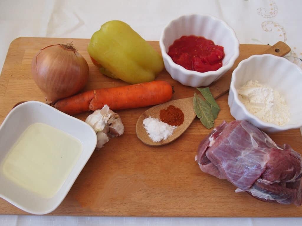 Фото рецепта - Гуляш по-венгерски - шаг 1