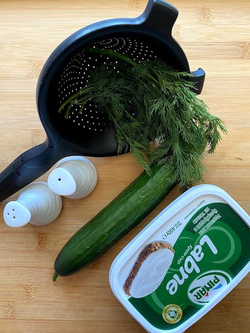 Фото рецепта - Рулетики из огурцов с творожным сыром - шаг 1