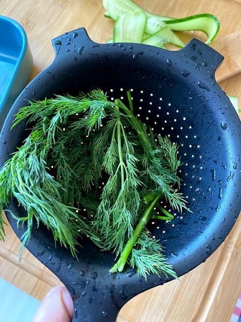 Фото рецепта - Рулетики из огурцов с творожным сыром - шаг 3