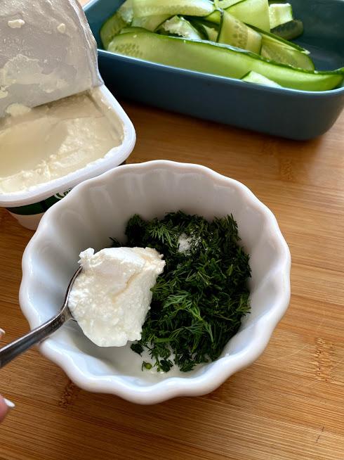 Фото рецепта - Рулетики из огурцов с творожным сыром - шаг 5