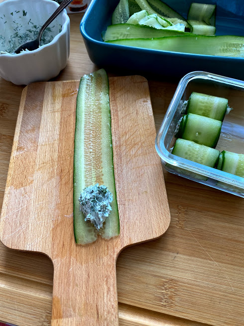 Фото рецепта - Рулетики из огурцов с творожным сыром - шаг 7