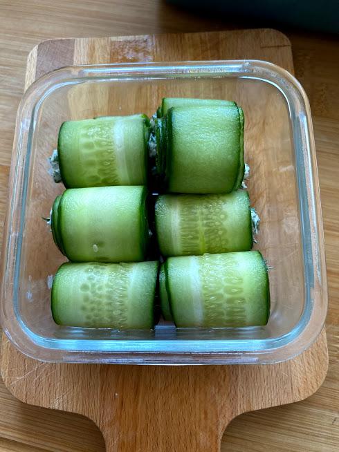Фото рецепта - Рулетики из огурцов с творожным сыром - шаг 9