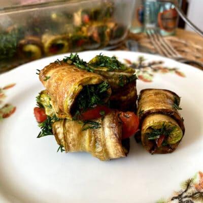 Рулетики из кабачков с чесноком и помидорами - рецепт с фото