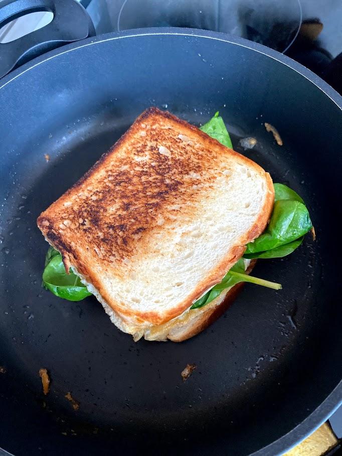 Фото рецепта - Омлет со шпинатом в тосте - шаг 11