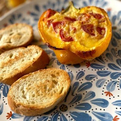 Яичница-болтунья с черри в перце - рецепт с фото