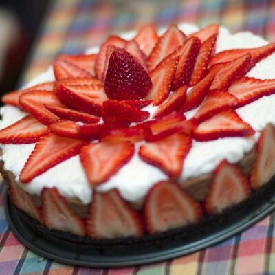 Муссовый шоколадный торт с клубникой - рецепт с фото