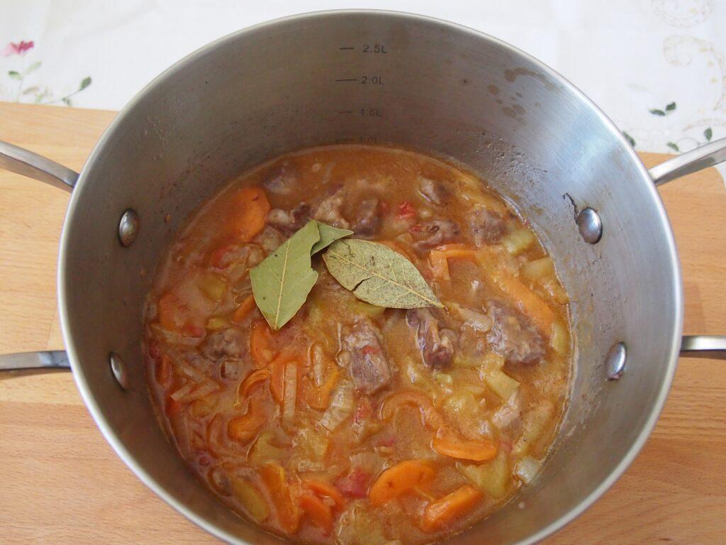 Фото рецепта - Гуляш по-венгерски - шаг 12