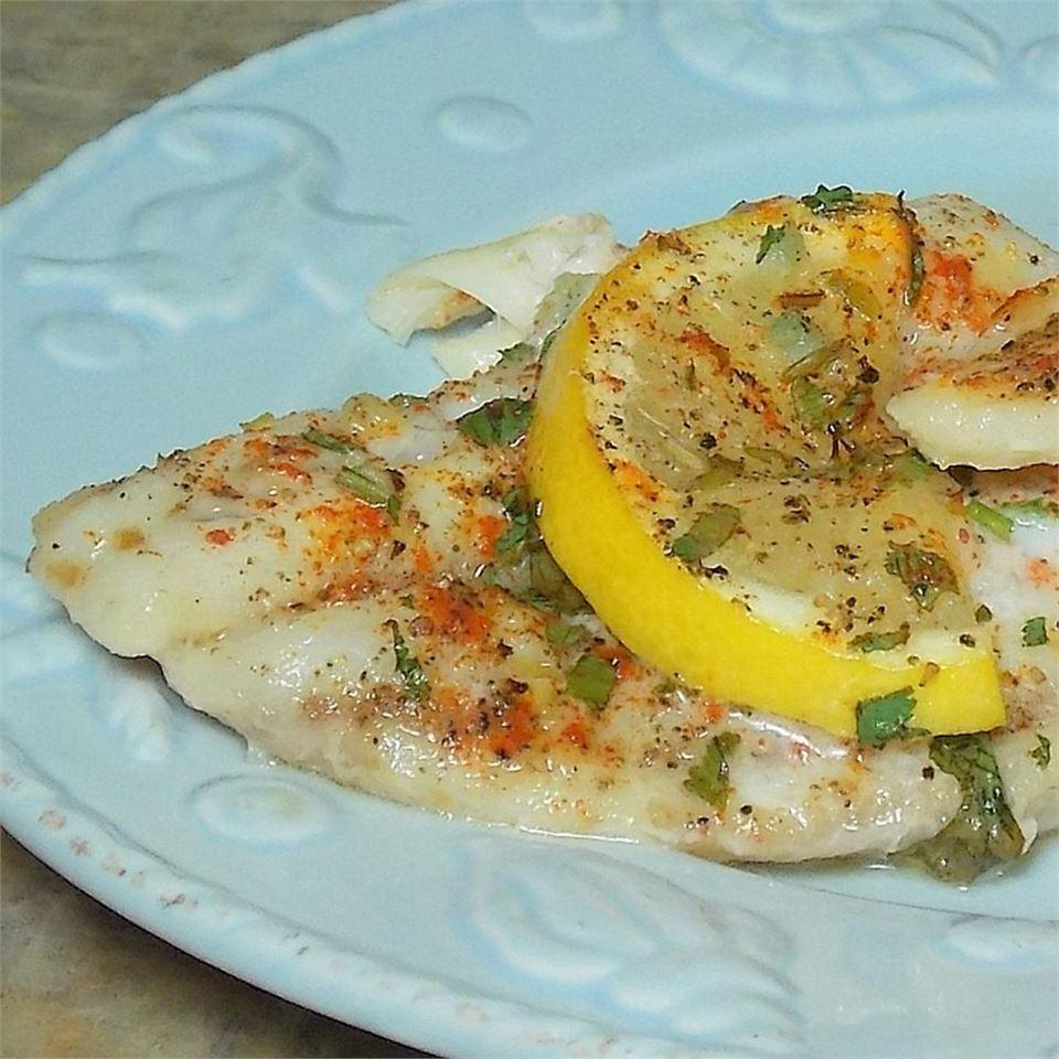 Запеченное рыбное филе с лимоном и пряностями