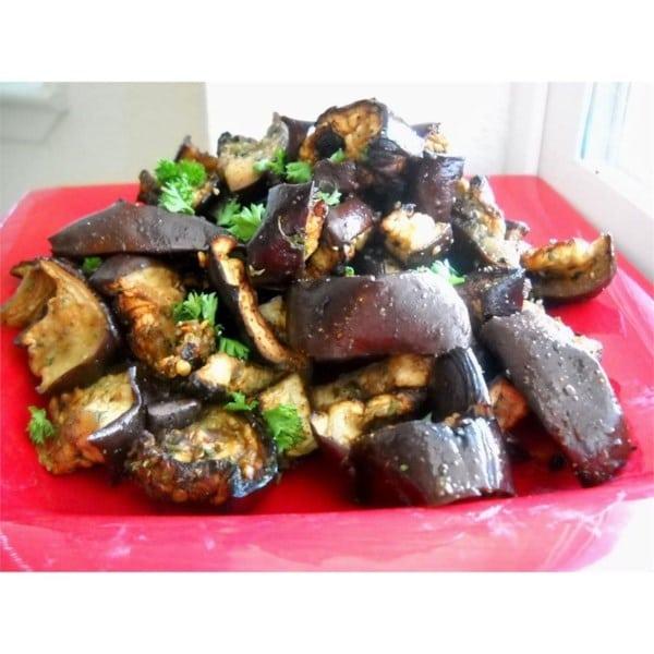 Салат из запеченных баклажанов с чесноком
