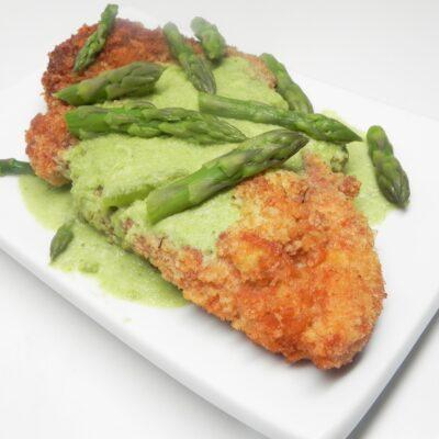 Куриный шницель с соусом из спаржи - рецепт с фото