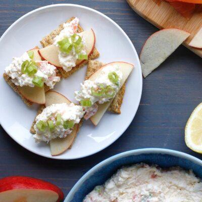 Закуска из намазки с копченым лососем - рецепт с фото