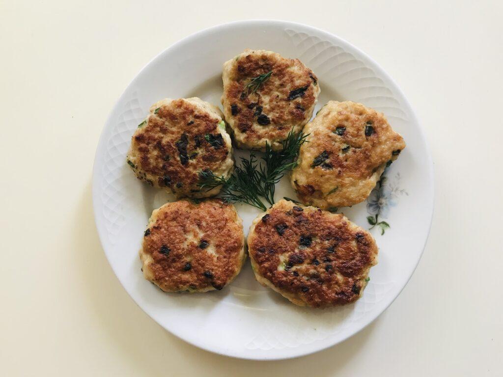 Фото рецепта - Куриные котлеты с зелёным луком без муки - шаг 6