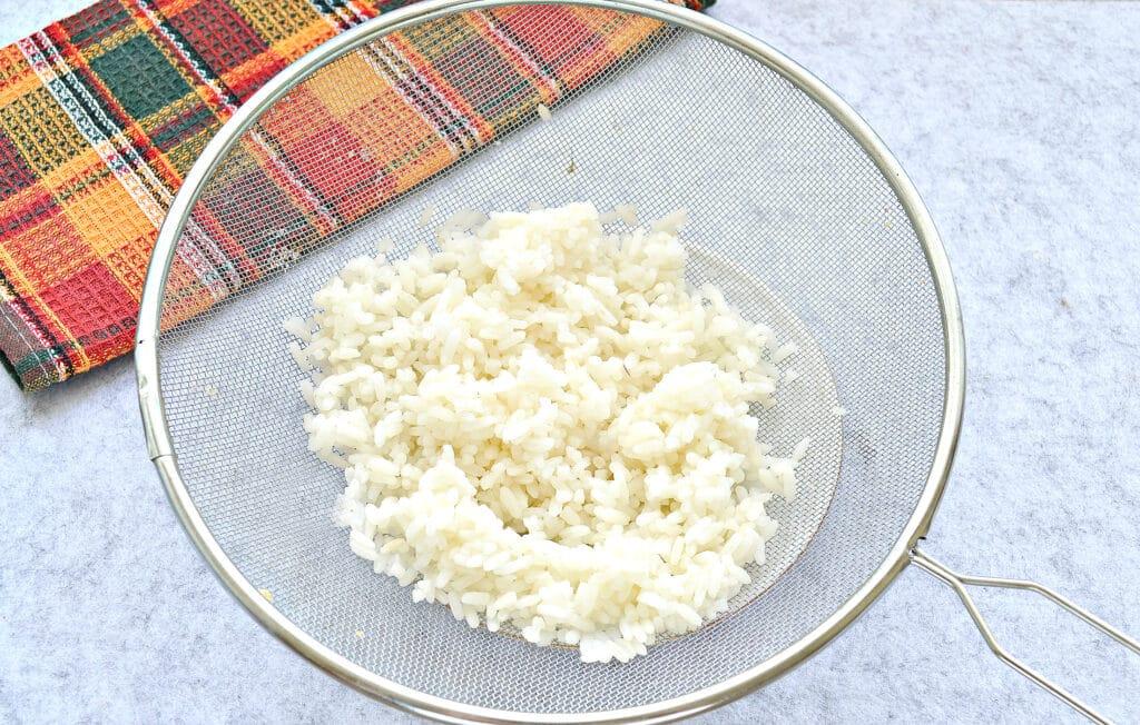 Фото рецепта - Крабовый салат с копченой курицей и рисом - шаг 1