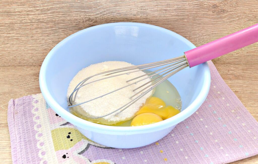Фото рецепта - Быстрый заливной пирог с тертыми яблоками - шаг 1