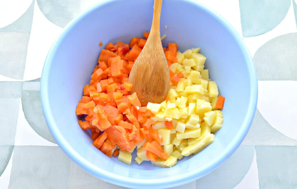 Фото рецепта - Винегрет с маринованными огурцами и зеленым луком - шаг 1