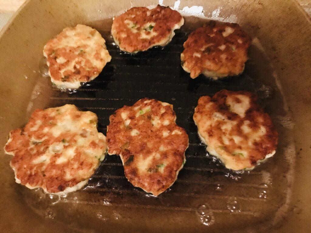 Фото рецепта - Рубленные куриные котлеты с белым хлебом и зелёным луком - шаг 4