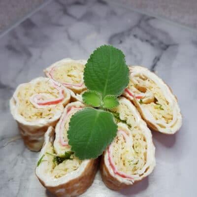 Яичный ролл с крабовыми палочками и сыром - рецепт с фото