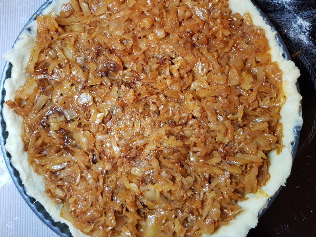Фото рецепта - Пирог с тушеной капустой - шаг 10
