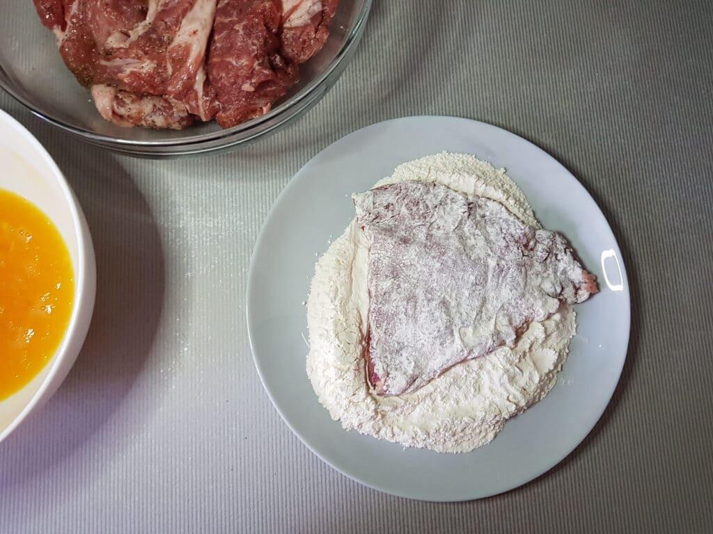 Фото рецепта - Свиные отбивные в кляре - шаг 3