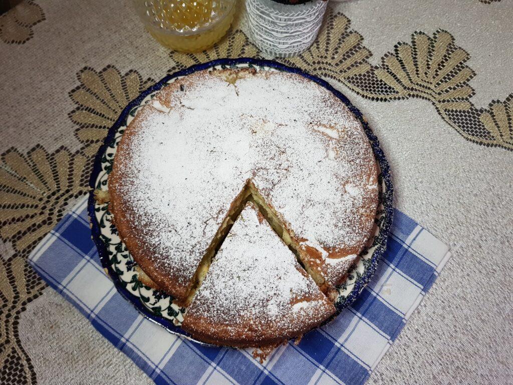 Фото рецепта - Шарлотка с яблоками в духовке - шаг 6