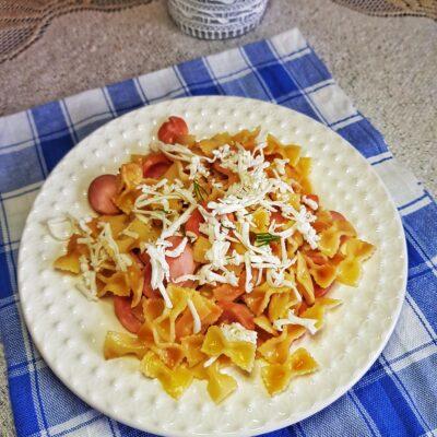 Жареные макароны-бантики с сосисками - рецепт с фото