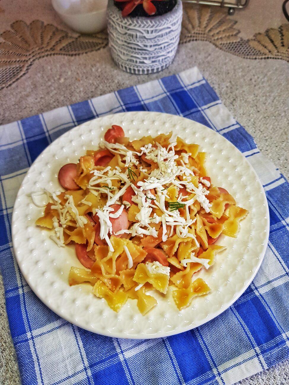 Жареные макароны-бантики с сосисками