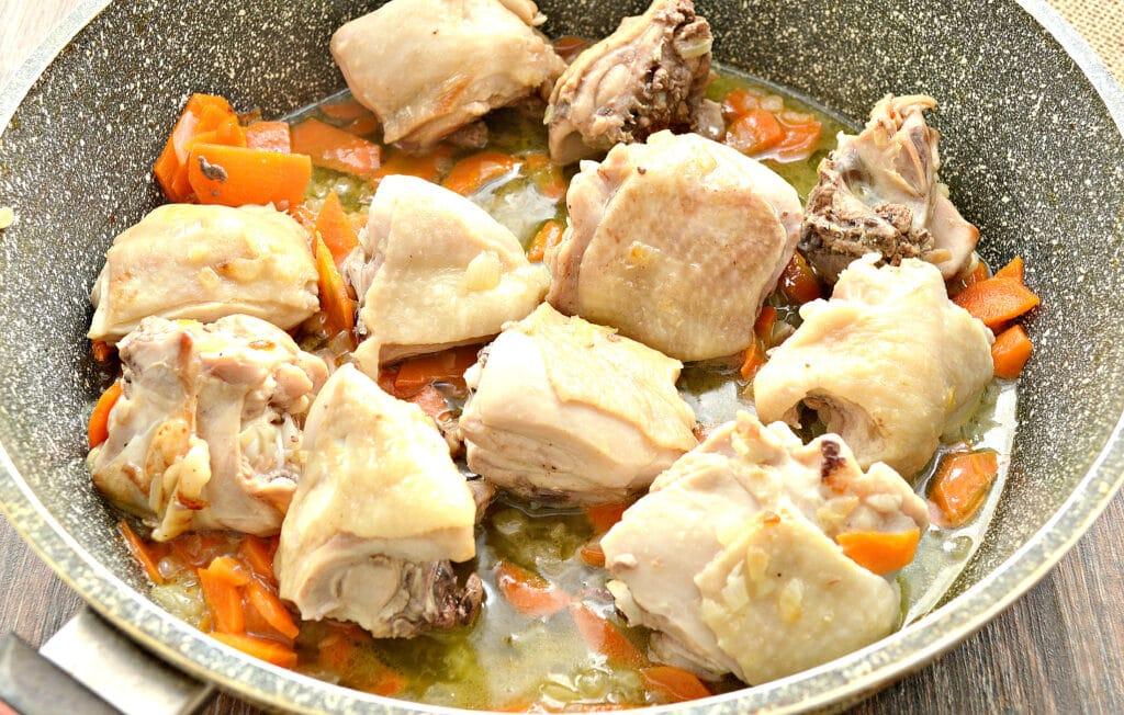 Фото рецепта - Куриные бедра, тушенные с картофелем и овощами на сковороде - шаг 3