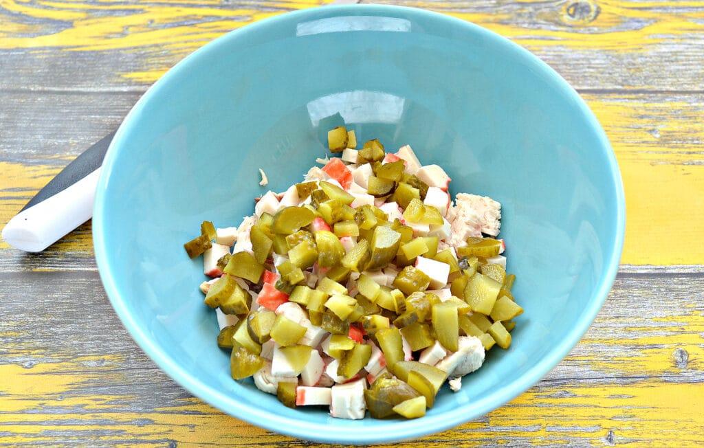 Фото рецепта - Салат с крабовыми палочками, курицей и огурцами - шаг 3