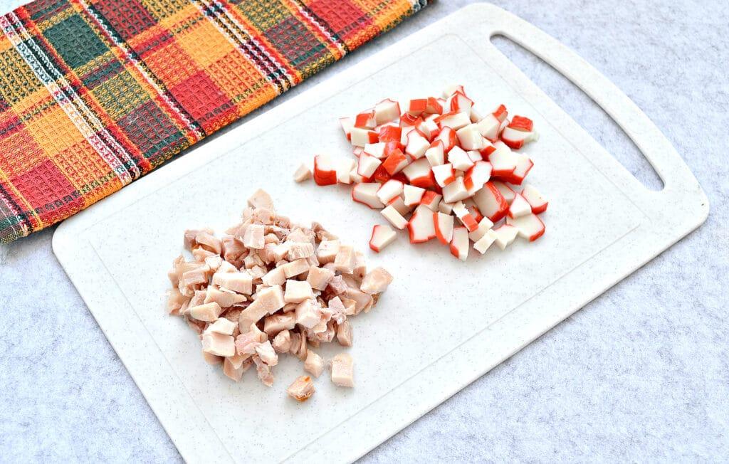 Фото рецепта - Крабовый салат с копченой курицей и рисом - шаг 3
