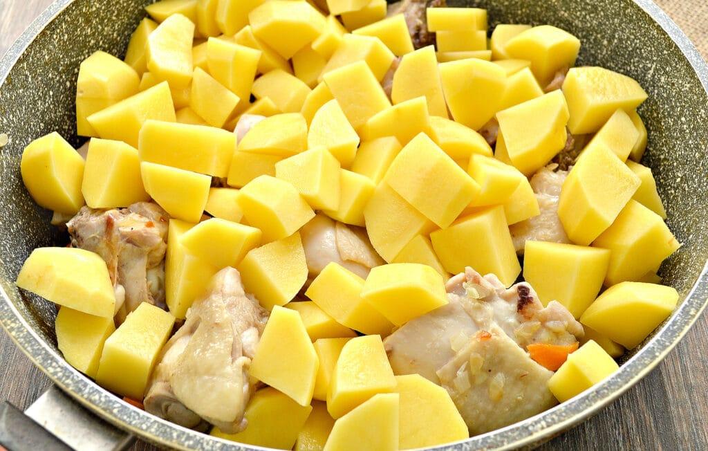 Фото рецепта - Куриные бедра, тушенные с картофелем и овощами на сковороде - шаг 4