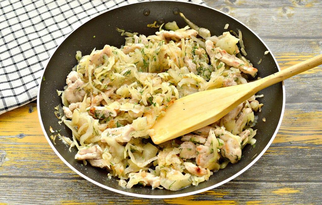 Фото рецепта - Пирог с курицей и капустой - шаг 4