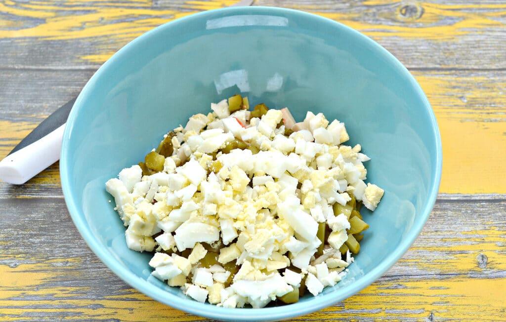 Фото рецепта - Салат с крабовыми палочками, курицей и огурцами - шаг 4