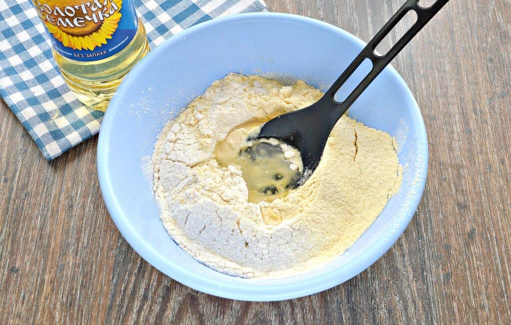 Фото рецепта - Мягкое тесто для пиццы с кукурузной мукой - шаг 4