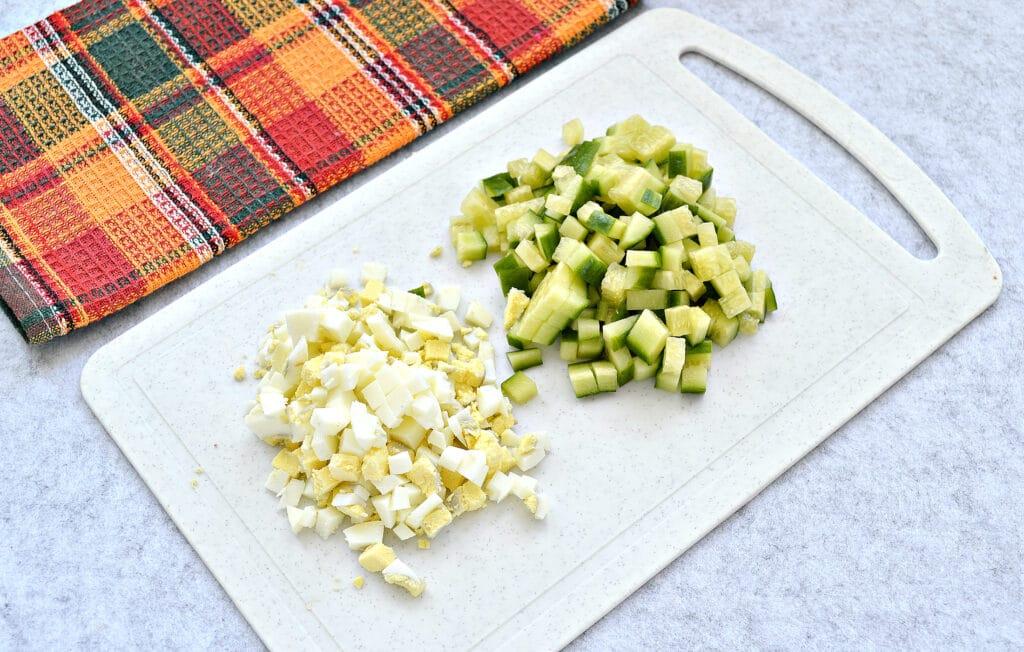 Фото рецепта - Крабовый салат с копченой курицей и рисом - шаг 4