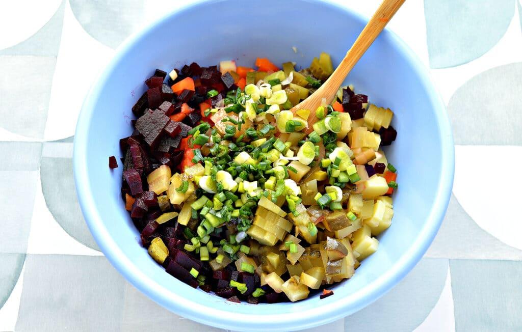 Фото рецепта - Винегрет с маринованными огурцами и зеленым луком - шаг 4