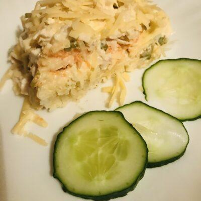 Слоеный салат с курицей и маринованными огурчиками - рецепт с фото