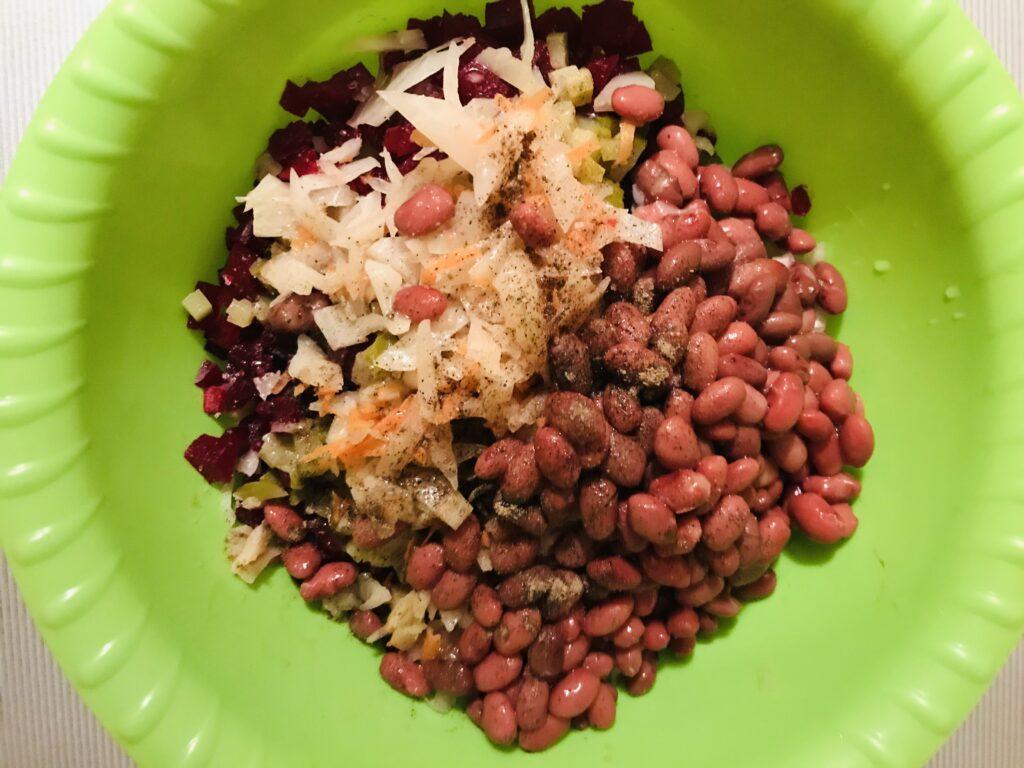 Фото рецепта - Винегрет с квашеной капустой и красной фасолью - шаг 4