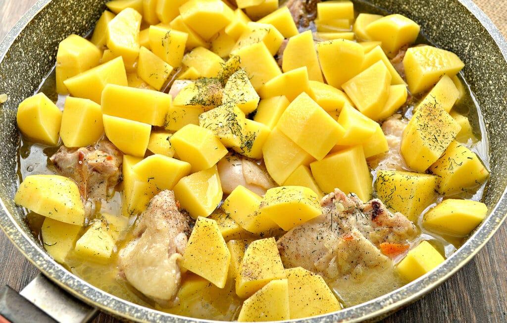 Фото рецепта - Куриные бедра, тушенные с картофелем и овощами на сковороде - шаг 5