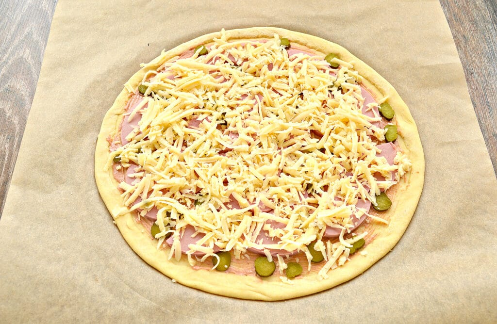 Фото рецепта - Пицца с сосисками, колбасой и корнишонами - шаг 5