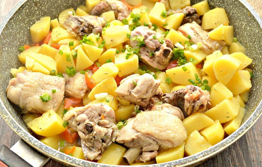 Фото рецепта - Куриные бедра, тушенные с картофелем и овощами на сковороде - шаг 6