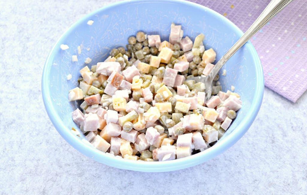 Фото рецепта - Быстрый салат с ветчиной и сыром - шаг 6
