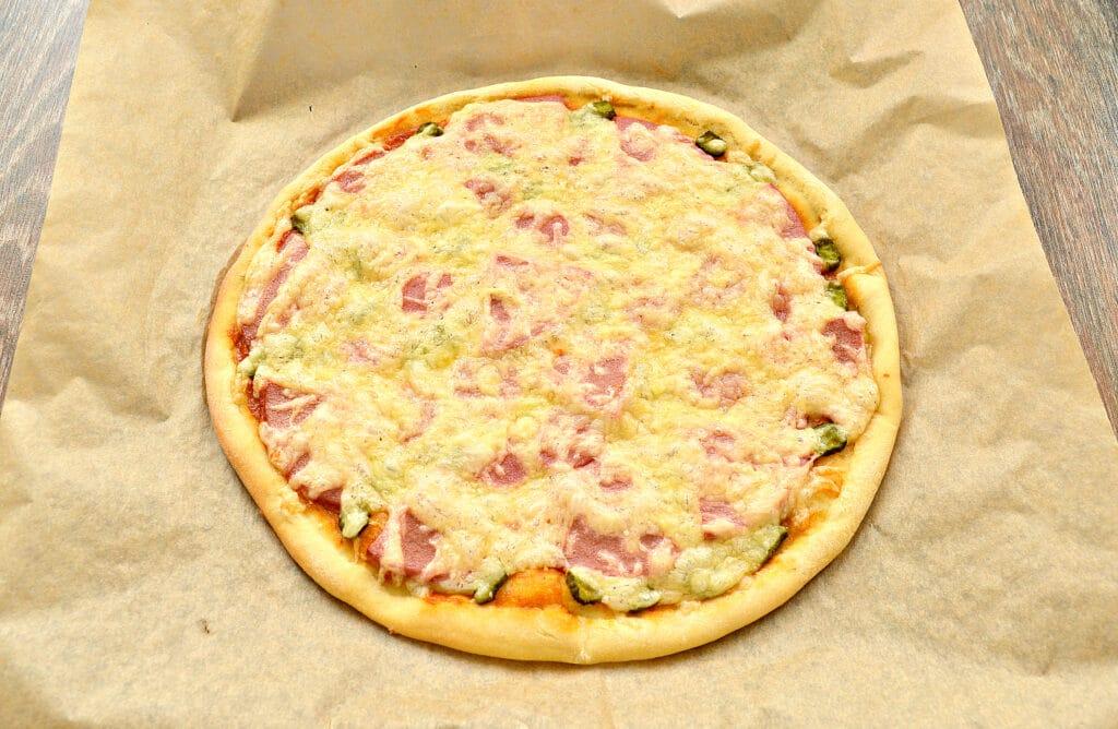 Фото рецепта - Пицца с сосисками, колбасой и корнишонами - шаг 6